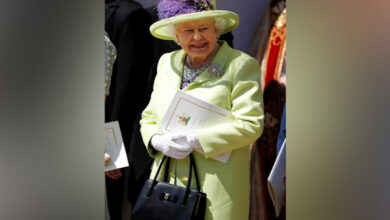 Photo of Queen Elizabeth's handbag is her royal companion