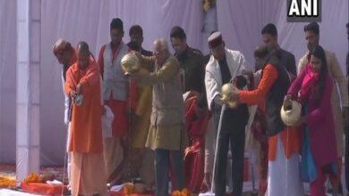 Photo of President Kovind offers prayer at Kumbh