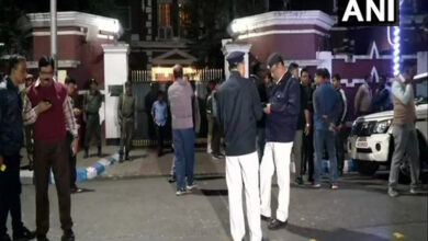 Photo of Kolkata: Police detains 5 CBI officials outside police commissioner's residence, CM at spot
