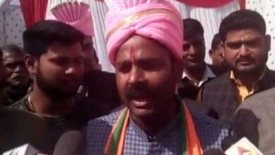 Photo of Priyanka wears jeans in Delhi, but dons saree, sindoor in UP: BJP's Harish Dwivedi