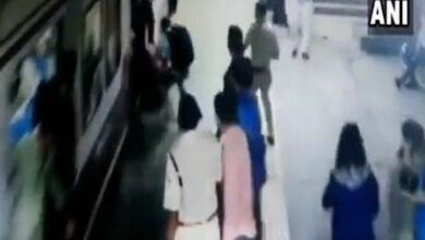 Photo of Policeman saves woman from being crushed under train at Malad railway station