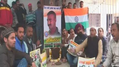 Photo of People in Varanasi pray for safe return of IAF pilot in Pak custody