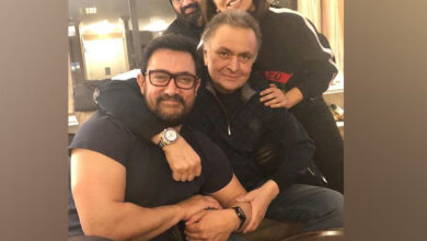 Photo of Aamir Khan visits Rishi Kapoor, Neetu Kapoor and their get together is all about love!