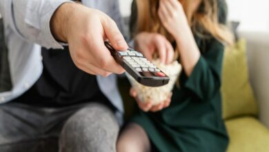 Photo of Watching TV while snacking increases risk of heart disease, diabetes in teens: Study