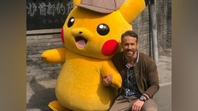 Photo of Ryan Reynolds poses with a giant 'Pikachu'