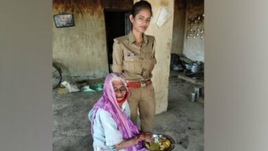 Photo of DGP lauds woman constable for assisting old woman