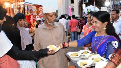 Photo of Hindu women distribute Iftar at Charminar