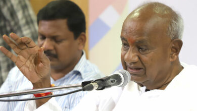 Photo of Deve Gowda stops son Kumaraswamy severing ties with Congress?