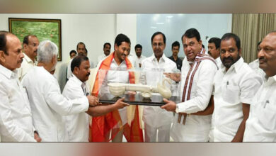 Photo of KCR extends hand of cooperation to Jagan Reddy, bats for friendly relations