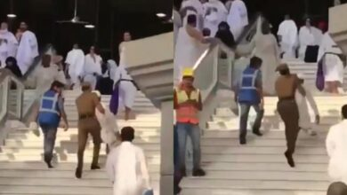 Photo of VIDEO: Policeman at Mecca's holy site carries elderly pilgrim up the stairs