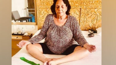 Photo of #InternationalYogaDay: Akshay Kumar share a picture of his mother practicing yoga