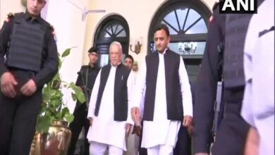 Photo of Akhilesh Yadav submits memorandum to Governor over 'deteriorating law and order situation'