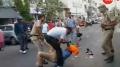 Photo of Street fight between Delhi police and driver with sword goes viral