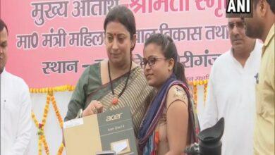 Photo of Smriti Irani distributes laptops to Lekhpals, says Amethi should be known for digitisation
