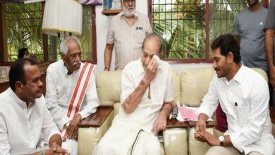 Photo of AP CM Jagan, ex-Union Minister Dattatreya pay tributes to Vijaya Nirmala