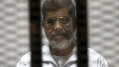 Photo of Egypt's former President Mohammed Morsi dies in courtroom