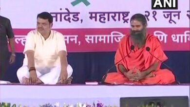Photo of Maharashtra: Ramdev, Fadnavis perform yoga on fifth International Yoga Day