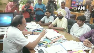 Photo of Protesting resident docs of AIIMS meet Harsh Vardhan, urge to ensure safety