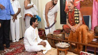 Photo of Jagan Reddy seeks blessings of Swami Swaroopananda Saraswati