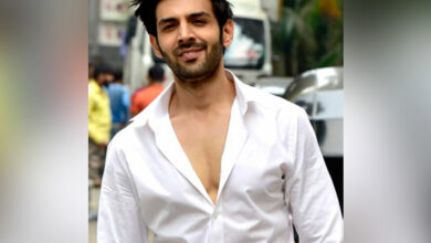 Photo of When Kartik Aryan's father turned stylist for him