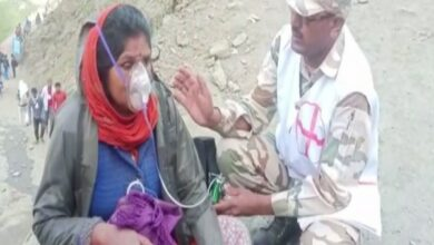 Photo of J-K: ITBP personnel administer oxygen to Amarnath pilgrims in Baltal