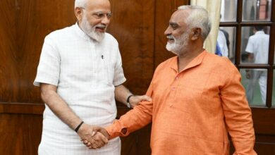 Photo of PM Modi meets Amreli man who cycled to Delhi celebrating BJP's poll victory