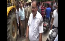 UP: Man throws muddy water on Municipal Corporation officer during anti-encroachment drive