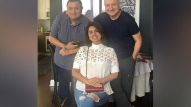 Photo of Anupam turns host for Rishi and Neetu Kapoor