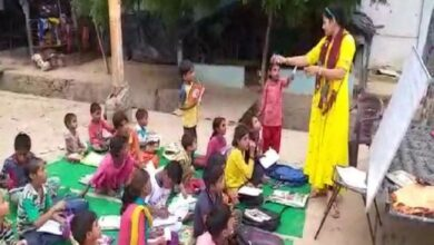 Photo of UP: Lady constable provides free education to children