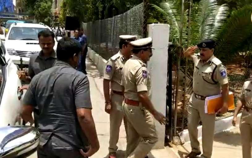 DGP Mahender Reddy surprise visit to Chandanagar police station