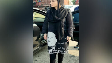 Photo of Maryam dons kurta with picture of Sharif demanding his release