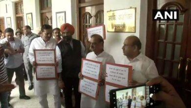 Photo of BJP-SAD MLAs protest outside Delhi CM's office