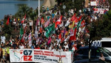 Photo of France: Thousands march against G7 near Biarritz
