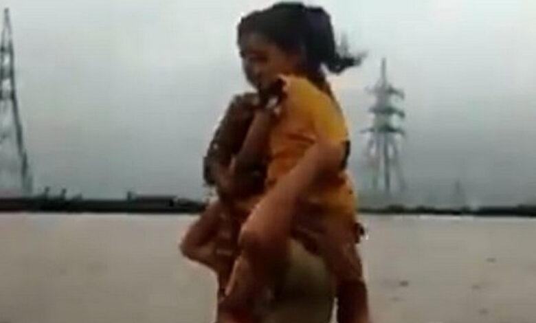 Gujarat-Cop-Resuce-Kids-Flood-water-