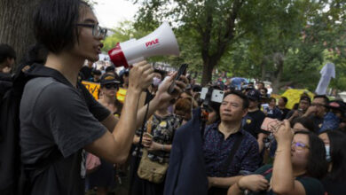 Photo of Hong Kong protesters walk tightrope between peace and violence