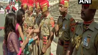 """Photo of Women tie """"rakhis"""" to BSF jawans at Attari-Wagah Border"""