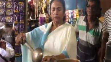 Photo of Mamata's tea-selling act 'scripted, melodramatic': Roy