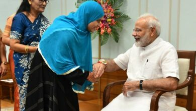 Photo of Triple talaq crusader Ishrat Jahan ties rakhi to PM Modi