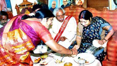 Photo of Sushma Swaraj visited residence of Dattatraya in the year 2007