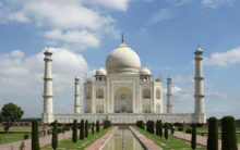Taj Mahal: Despite itchy eyes, tourists flock to the monument