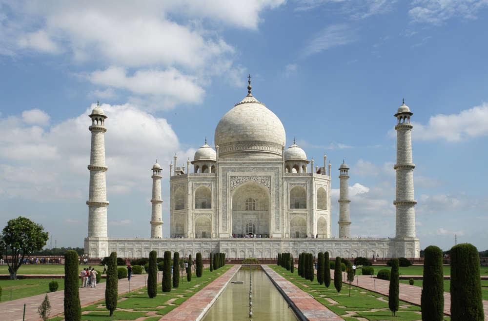 Taj Mahal: Despite itchy eyes, tourists flock to the monument