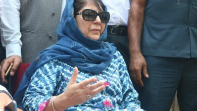 Photo of Mehbooba's mother, sister meet her