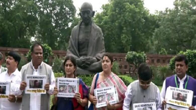 Photo of BJP MPs protest outside Parliament over 'tense' situation in WB