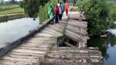 Photo of UP: Locals risk their lives to cross river via broken bridge