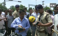 Odisha:Police distributes free helmets to traffic violators
