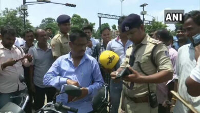 Photo of Odisha:Police distributes free helmets to traffic violators
