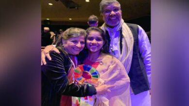 Photo of Satyarthi congratulates Payal Jangid for winning Changemaker award