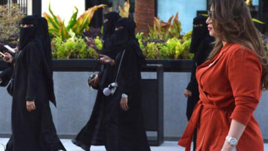 Photo of Saudi woman turns heads as she walks through mall without abaya