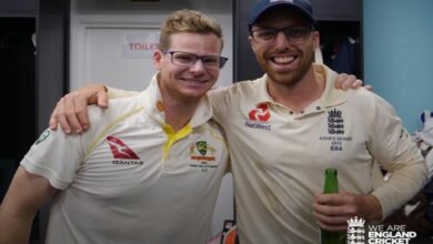 Photo of Steve Smith sports spectacles to pose with England's Jack Leach!