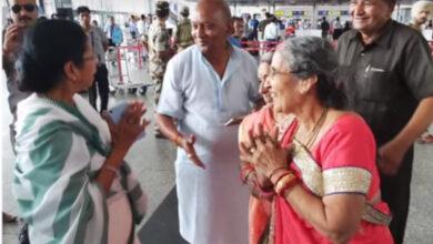 Photo of JabTheyMet: Mamata bumps into Jashodaben on her way to meet Modi
